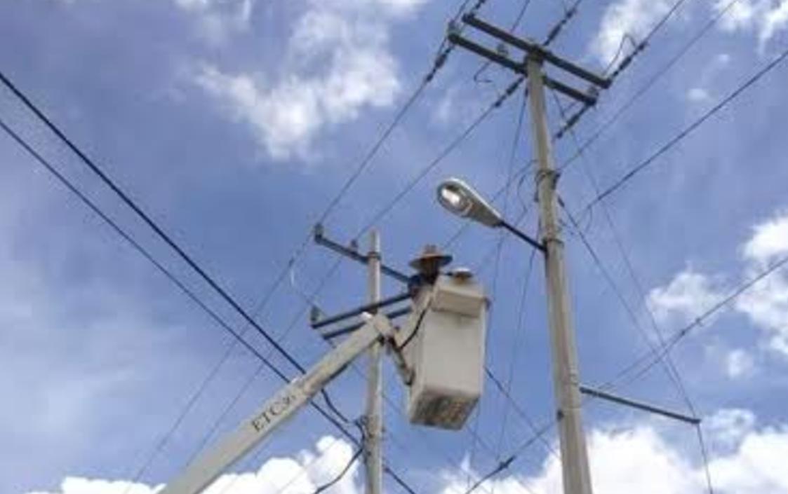 Continúan brindando mantenimiento a luminarias y servicios en Amozoc