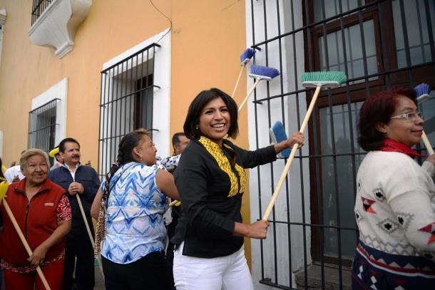 2016 | Roxana Luna barriendo Casa Aguayo