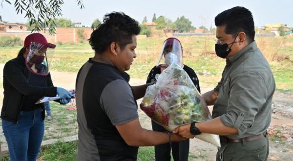Teutli Cuautle entrega despensas en Coronango