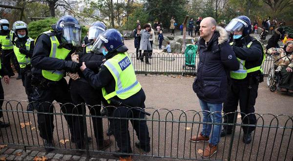 En Londres detienen a más de 60 personas durante protestas anticovid