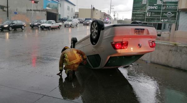 Lluvia derriba árboles, una barda y provoca la volcadura de un automotor