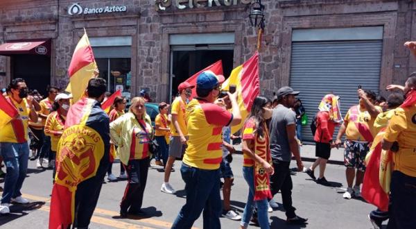 Aficionados de Monarcas olvidan cuarentena y se manifiestan por la permanencia del club