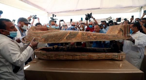 Descubren más de 100 sarcófagos intactos en Saqqara, Egipto