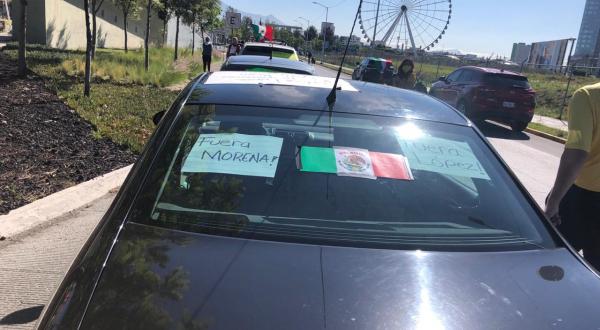 Caravana de autos contra AMLO en Puebla