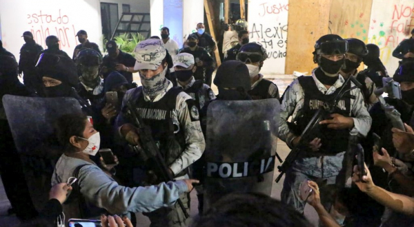 A balazos, disuelven manifestación contra feminicidio de Bianca Alexis en Cancún