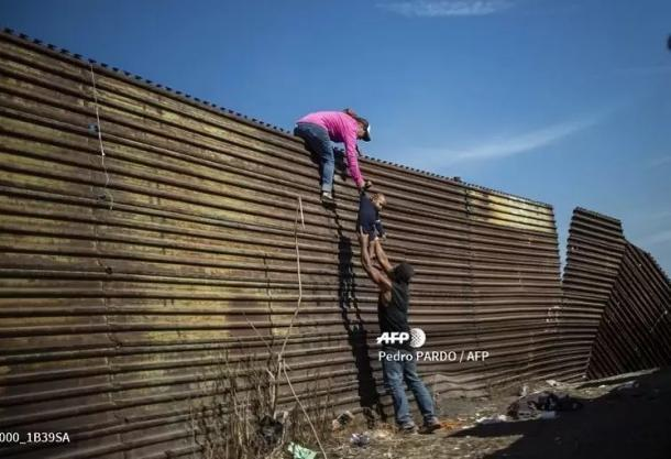 Foto: Cruzando la valla / Pedro Pardo (AFP)