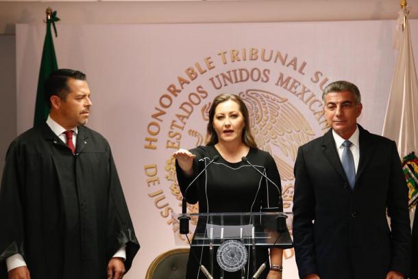 12/2018: Martha Erika tomando protesta como Gobernadora de Puebla.