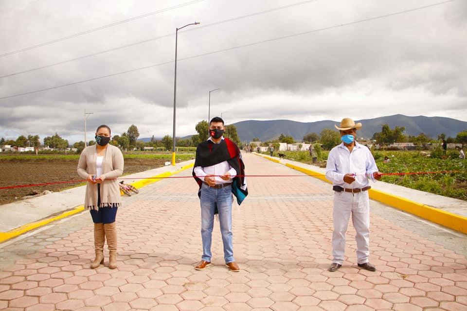 Alejandro Martínez inaugura adoquinado en Coscomaya